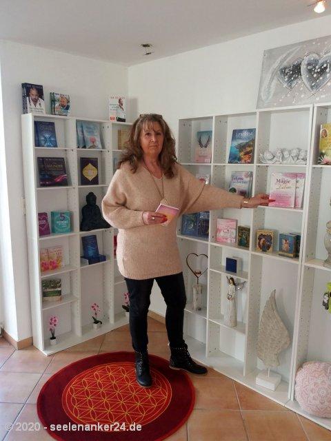 Ruth Bierbrauer im Laden Seelenanker